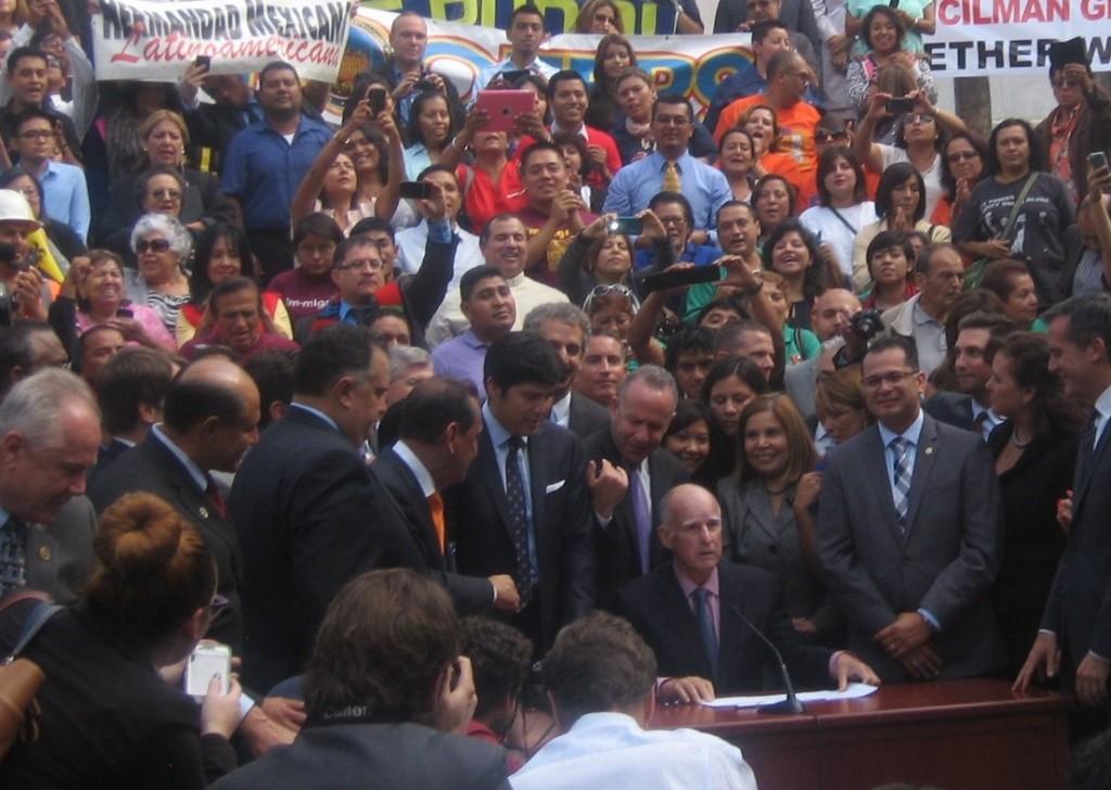 El gobernador Jerry Brown, al momento de firmar el proyecto AB60, para convertirlo en ley, el 3 de octubre de 2013.