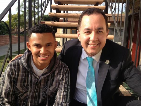 Tras la entrevista, la reportera de KCRW tomó esta foto de mí junto a Brian Álvarez, uno de los niños que he representado en la corte de inmigración y al que le conseguí la residencia permanente.