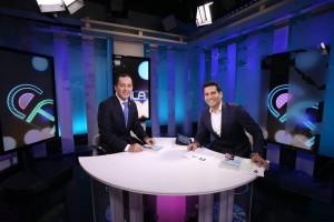 """Nelson Castillo con Ismael Cala, durante su entrevista para presentar el libro """"La Tarjeta Verde: Como Obtener la Residencia Permanente en los Estados Unidos""""."""
