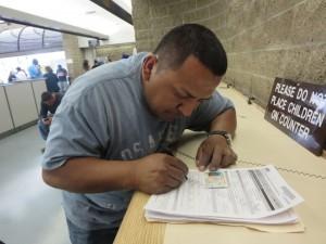 El Sr. Flores, renovando su licencia en el DMV de Los Ángeles.