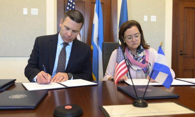 Estados Unidos y El Salvador firman acuerdos para extender permisos de trabajo bajo TPS