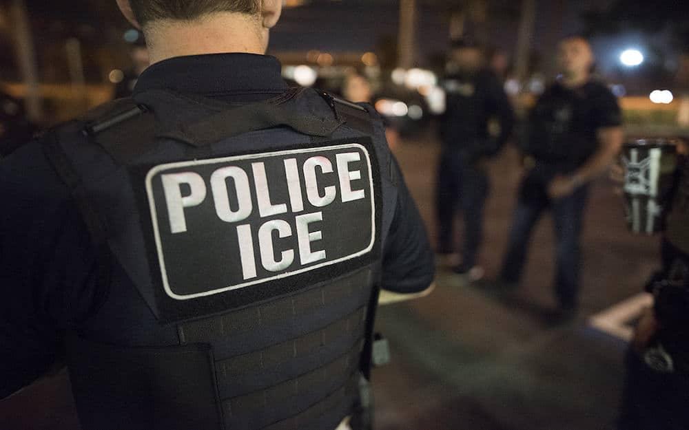 ICE dice que no hará operativos en centros médicos y suspende visitas a detenidos por COVID-19